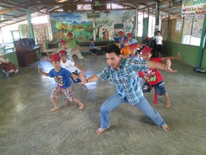 Mailo teaches monkey to young dancers